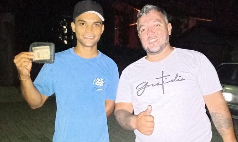 Adilson entregando a carteira de Jairo na noite de domingo (10) – Foto: Arquivo pessoal