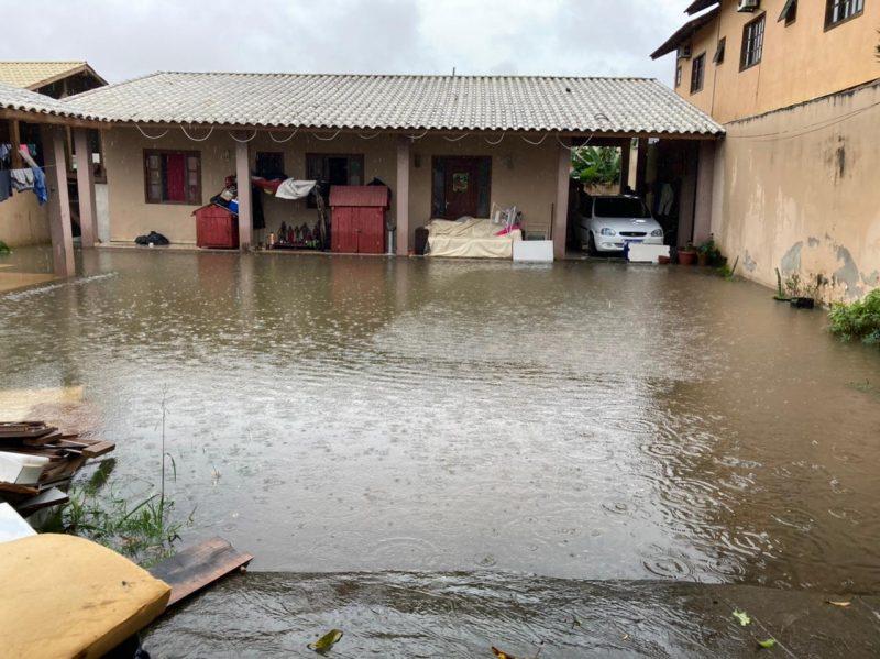 Casa na rua das Alamandas, em Ingleses, no Norte da Ilha, foi tomada pela água da chuva – Foto: Osvaldo Sagaz/NDTV