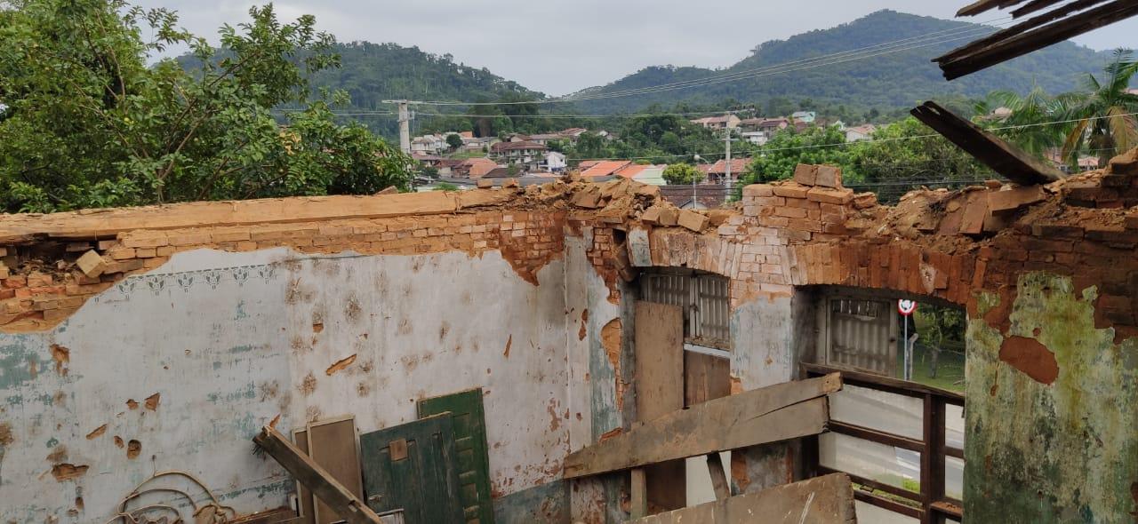 Telhado caiu em virtude das chuvas - Stêvão Limana/NDTV