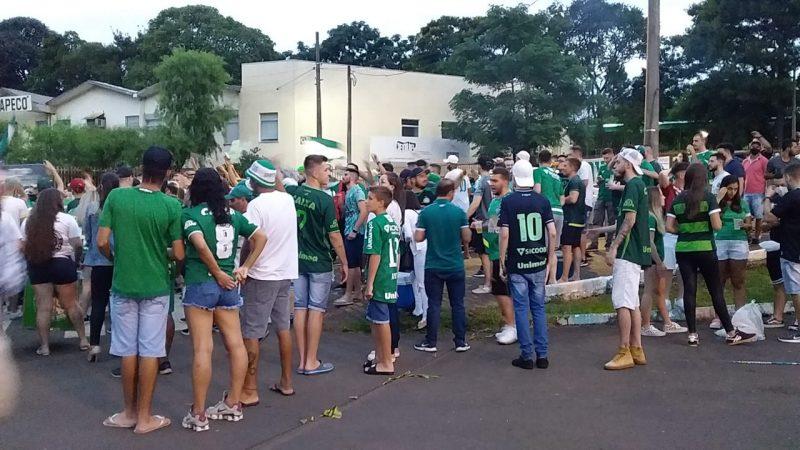 Desde o início da noite, dezenas de torcedores se concentram nos arredores da Arena Condá em festa e ansiosos para a partida histórica. – Foto: Diego Antunes/NDTV/ND
