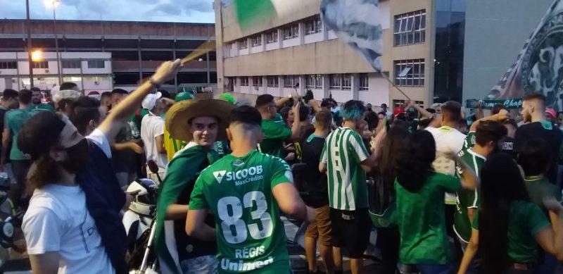 São torcidas organizadas e famílias que recebem o time verde e branco na Arena Condá. Por conta de protocolos de prevenção contra a Covid-19, os torcedores não podem entrar no estádio. – Foto: Diego Antunes/NDTV/ND