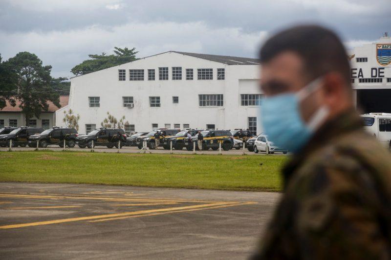 PRF, PF e Choque estiveram no local para escoltar o caminhão que posteriormente levaria os imunizantes – Foto: Anderson Coelho/ND