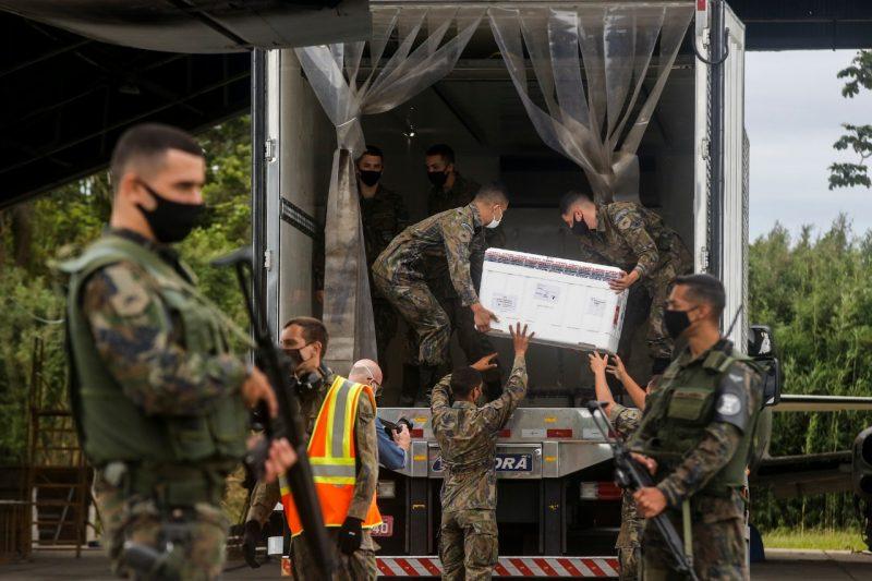 Caixas contendo as doses foram transferidas da aeronave para o caminhão – Foto: Anderson Coelho/ND