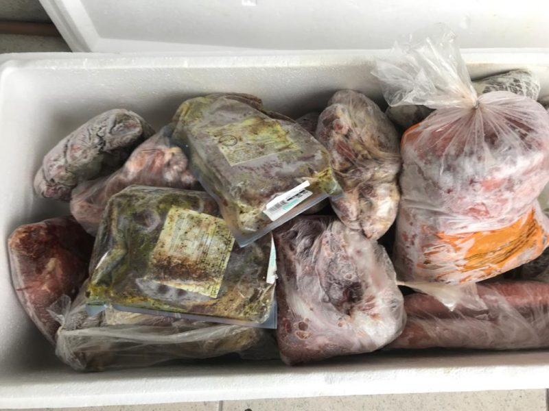 Carne vencida virava espeto corrido às margens da BR-101. – Foto: Polícia Civil/Divulgação
