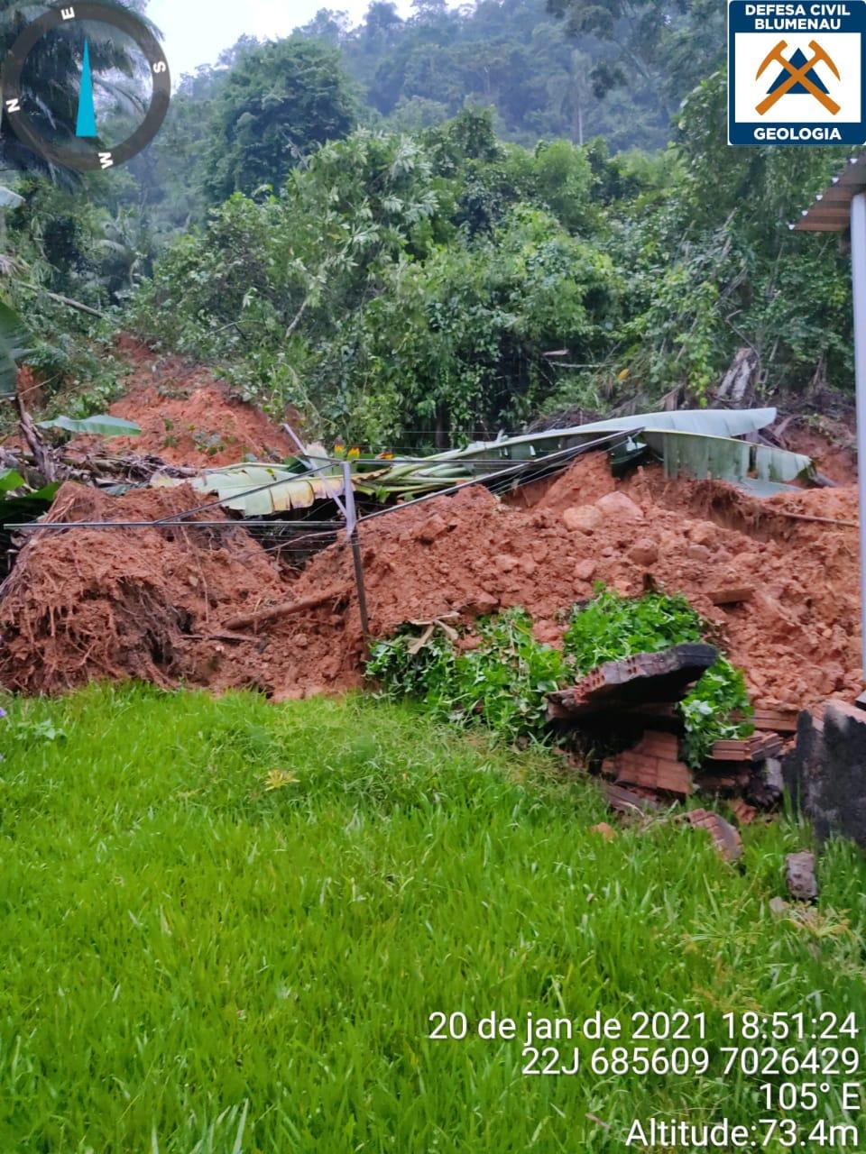 Deslizamento de terra na rua Johann Sachse, bairro Badenfurt, em Blumenau - Moisés Stuker/NDTV