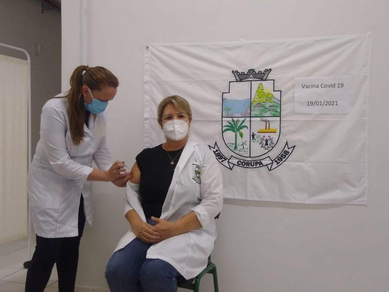 A enfermeira Isolete Steciuk Ratico, que trabalha há 26 anos na área da saúde de Corupá, foi a primeira vacinada na cidade – Foto: Prefeitura de Corupá/Divulgação