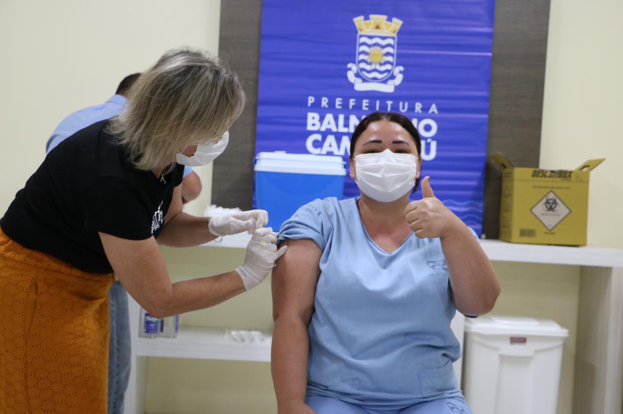 Darlene atua nos serviços gerais da secretaria de saúde de Balneário Camboriú e foi uma das primeiras a ser imunizada - Secom BC/Divulgação