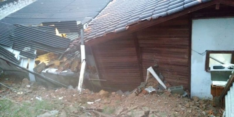 Deslizamento no bairro Agronômica danifica residência