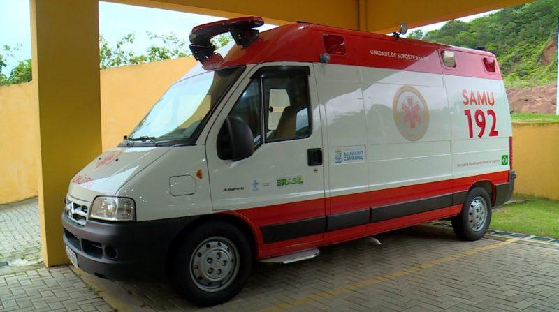 Ambulâncias do SAMU são higienizadas pelos trabalhadores à noite