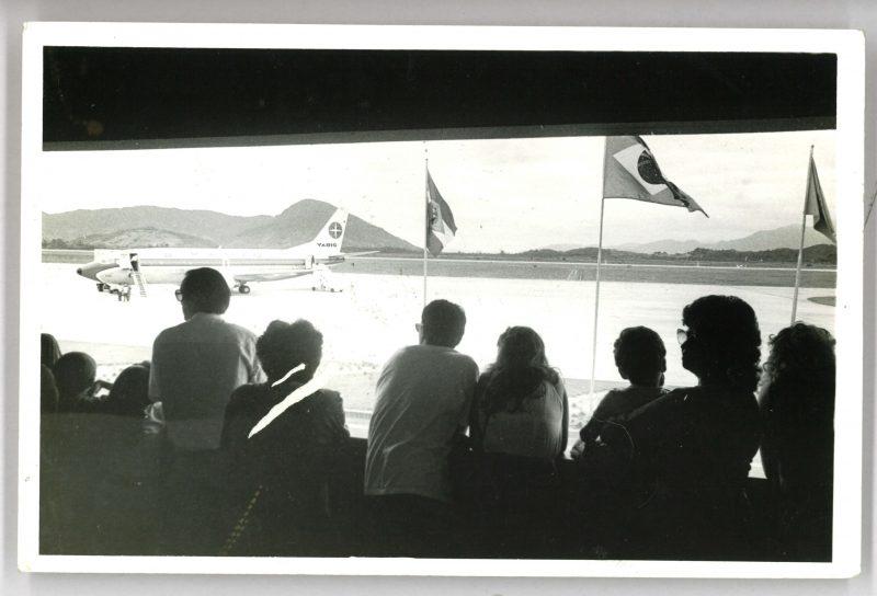 pessoas observam desembarque de voo em Florianópolis