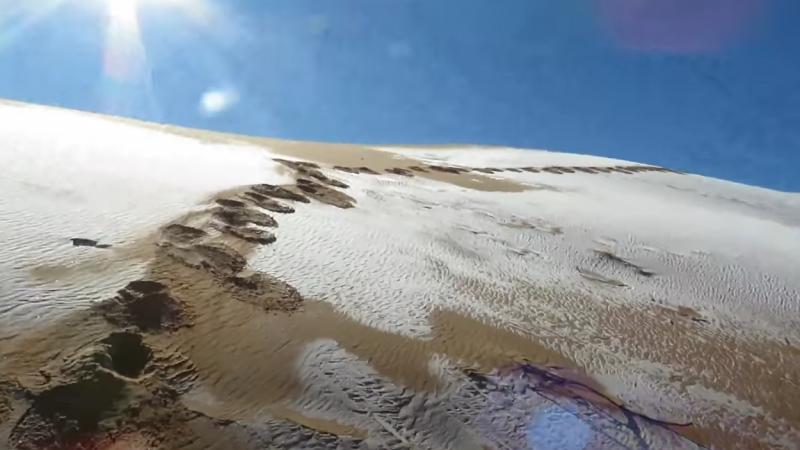 Areia ficou coberta de neve – Foto: Karim Bouchetata/Reprodução