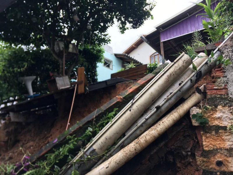 A casa, no bairro Agronômica, ficou parcialmente destruída. Às 8h, a Defesa Civil aguardava a chegada de materiais para conter o desmoronamento – Foto: Defesa Civil/Divulgação/ND