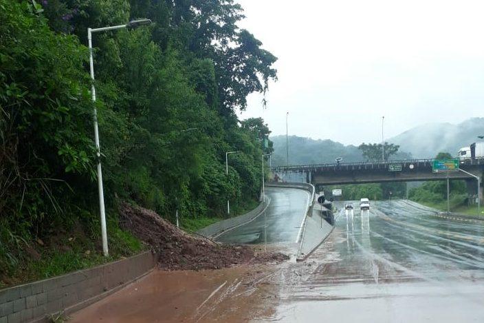 Deslizamento interdita alça do Anel Viário Norte, em Blumenau - Divulgação / GMT Blumenau
