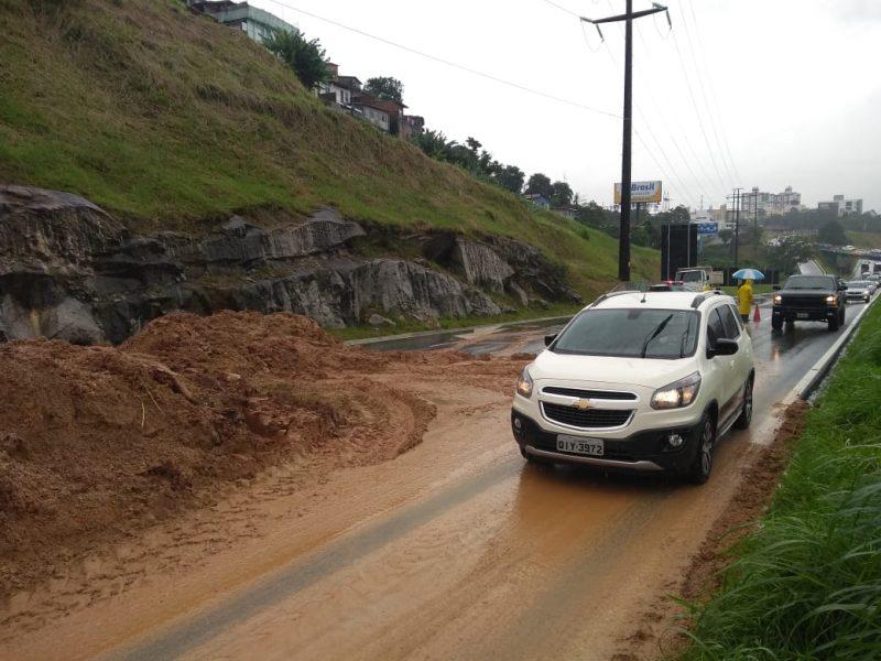 A Via Expressa, no sentindo Ilha-Continente, foi interditada por volta das 10h da manhã, após novos deslizamentos no Morro da Caixa – Foto: Alexandre Mendonça/ND