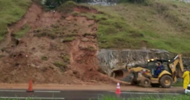 O desmoronamento bloqueou as três pistas. A prefeitura enviou máquinas para auxiliar o DNIT na remoção de terra no asfalto – Foto: GMF/Reprodução