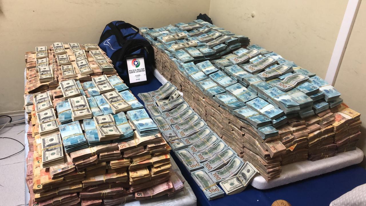 Quantidade de reais apreendidos superam os R$ 5 milhões de reais - PM/PRF/Divulgação