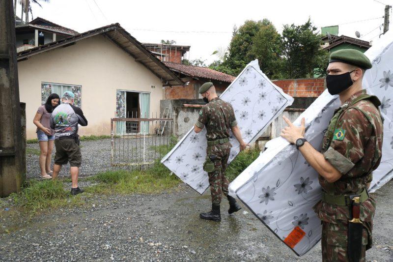 Militares do 62º Batalhão de Infantaria ajudaram na distribuição das doações – Foto: Rogério da Silva/Prefeitura de Joinville