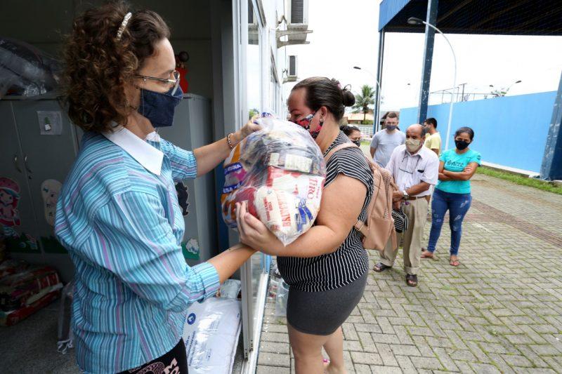 Famílias de Joinville receberam cestas básicas, kits de higiene e colchões – Foto: Rogério da Silva/Prefeitura de Joinville