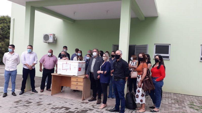 Equipe de Saúde de Caçador foi buscar as caixas com as vacinas no município de Videira – Foto: Assessoria de Imprensa/Divulgação