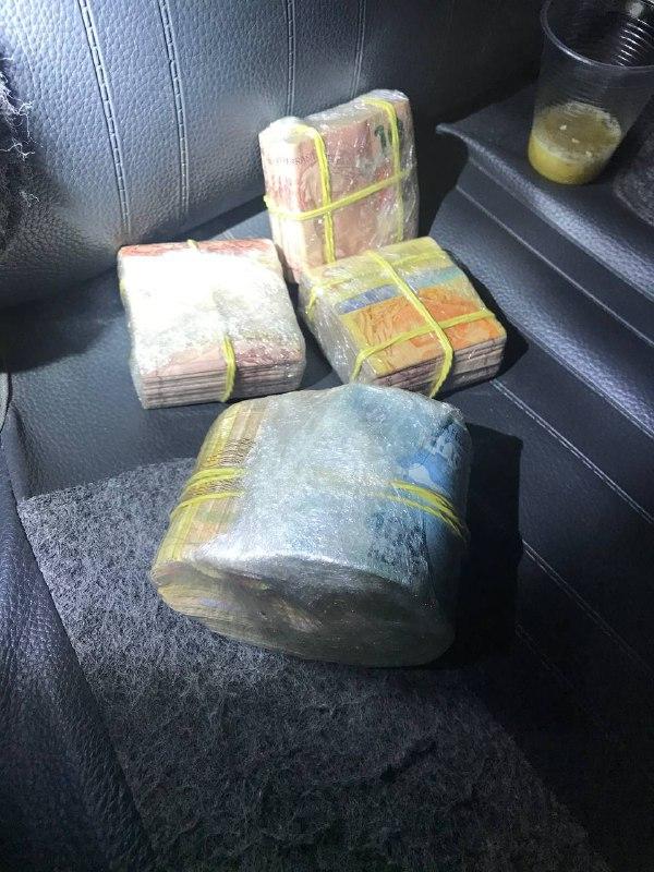 R$ 12 mil foram encontrados na casa que é considerada ponte de tráfico de drogas, em Chapecó - Polícia Militar/Divulgação/ND