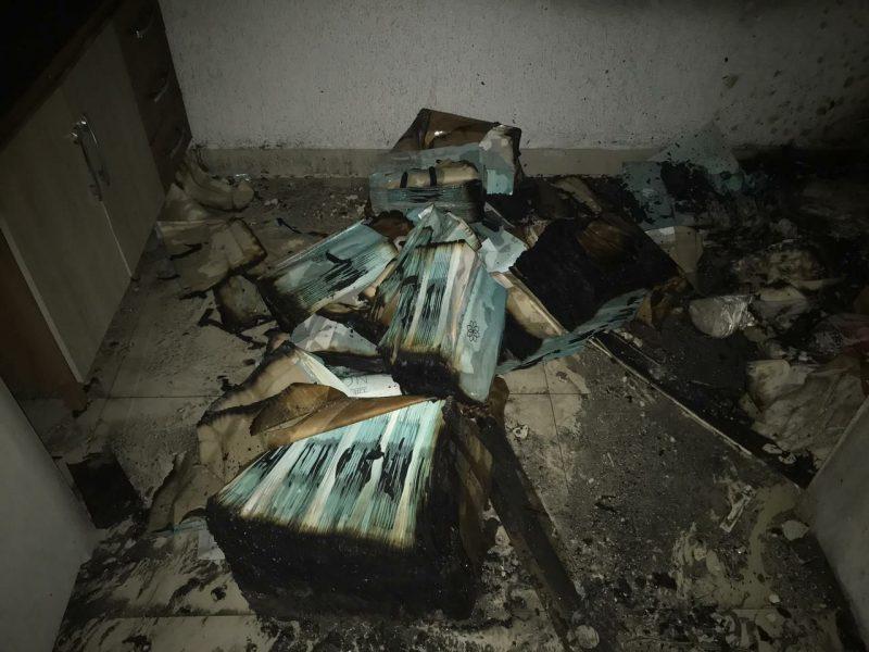 O incêndio registrado em uma loja de roupas no Centro de Chapecó, nesta quarta-feira (13), deixou a sala comercial danificada. – Foto: Corpo de Bombeiros/Divulgação