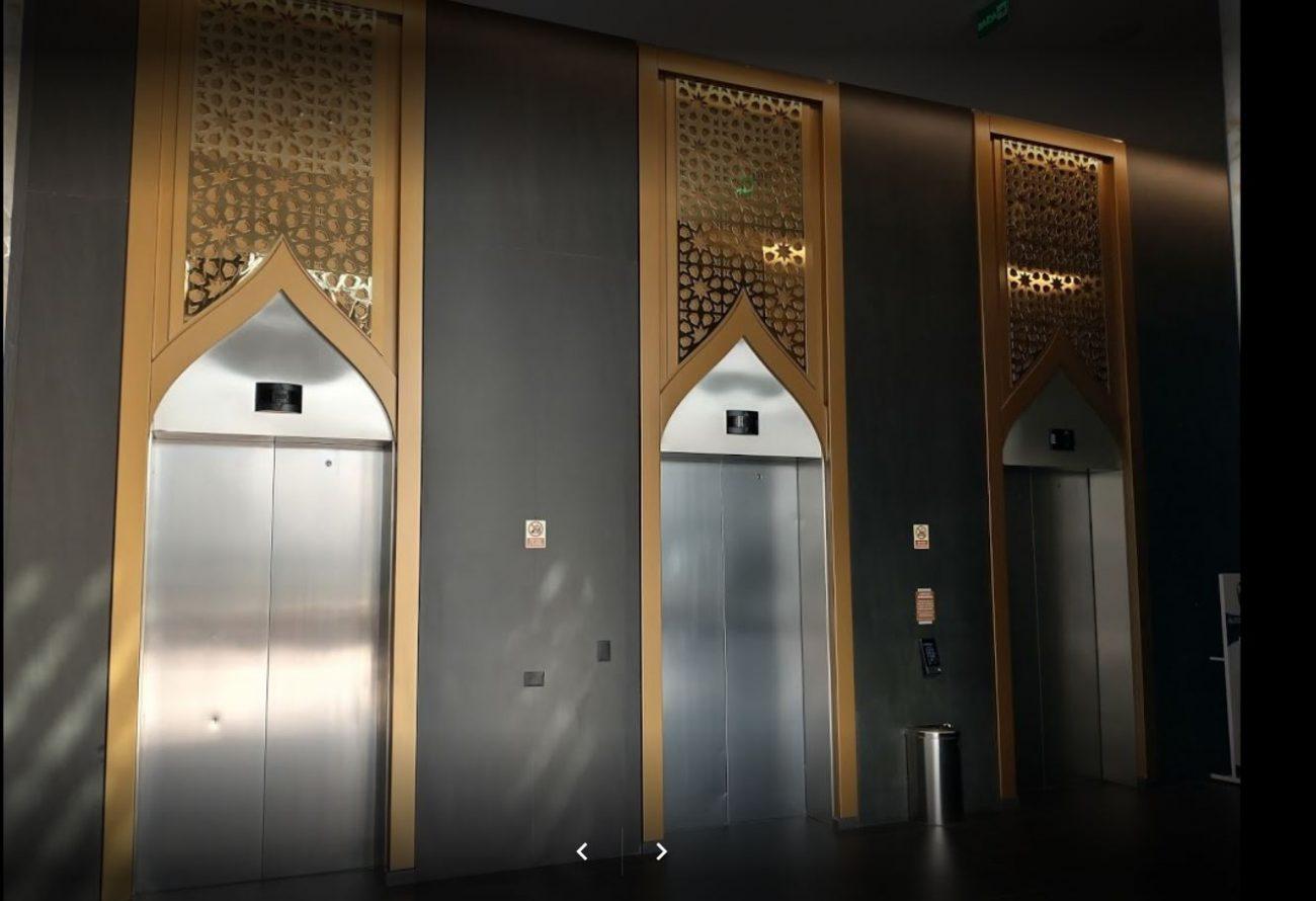 Em todos os espaços do hospital há elementos que fazem referência à principal cidade dos Emirados Árabes, como nos elevadores - Reprodução