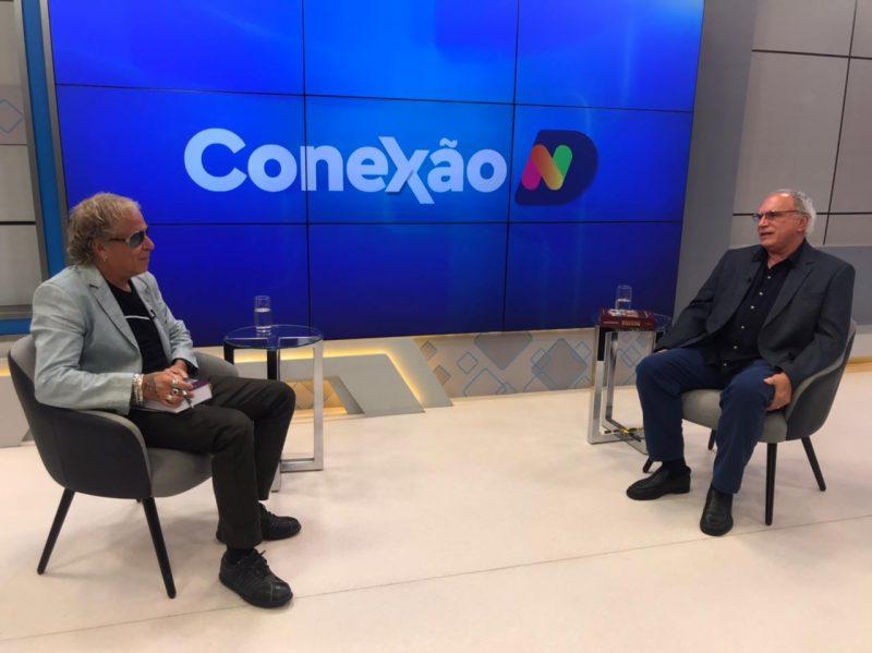 O colunista Cacau Menezes recebe o oncologista Luiz Alberto Silveira – Foto: Reprodução/NDTV