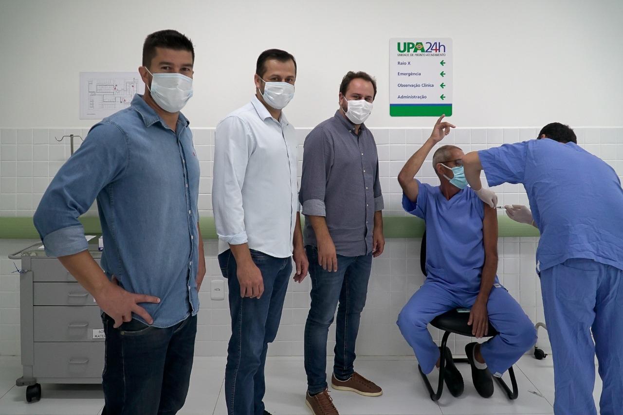 Equipe presente nas primeiras imunizações de Bombinhas - Secom Bombinhas/Divulgação