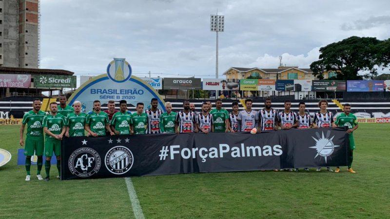 Jogadores de Operário e Chapecoense homenagearam as vítimas da tragédia com o avião da delegação do Palmas, que teve uma pane e vitimou, pelo menos, seis pessoas – Foto: Márcio Cunha/ACF