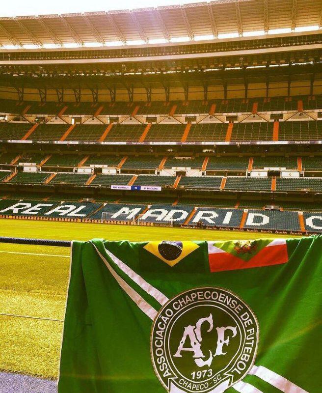 Não são apenas monumentos e paisagens que estão na lista de viagens, estádios importantes como o Estádio Santiago Bernabeu, em Madrid, também foram um ponto de parada da dupla – Foto: Arquivo Pessoal/ND