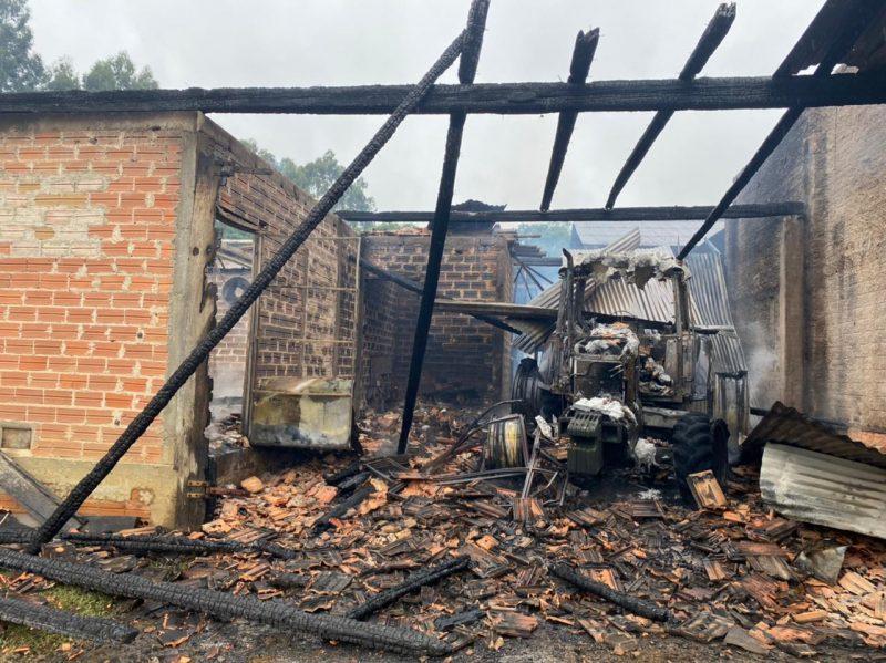Estufa ficou totalmente destruída após incêndio em Mafra – Foto: Corpo de Bombeiros Militar/Divulgação