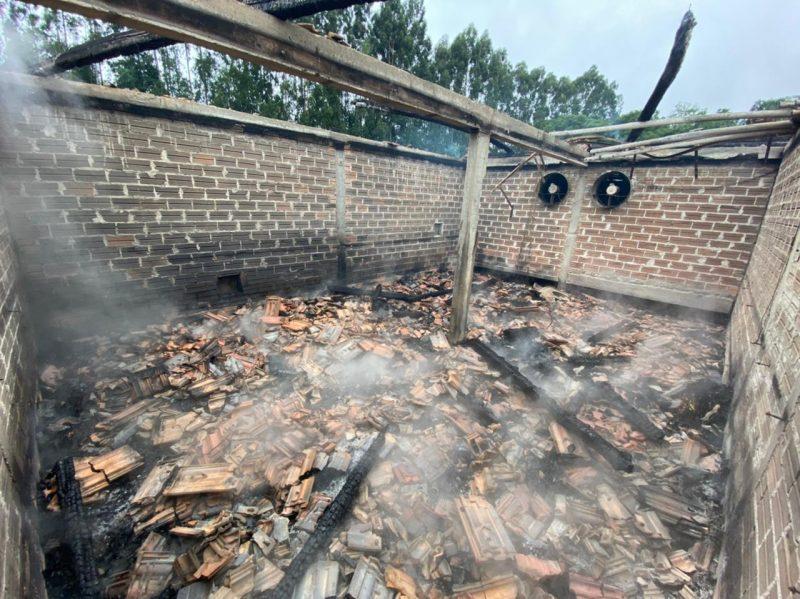 Ainda não se sabe o que teria causado o início das chamas – Foto: Corpo de Bombeiros Militar/Divulgação