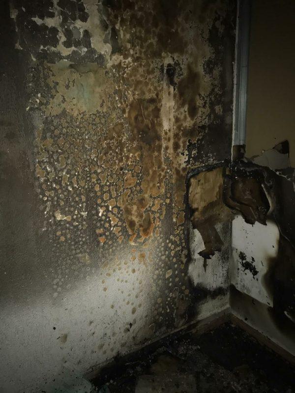 A funcionária informou aos bombeiros que percebeu o incêndio quando ele já estava em grandes proporções. Desta forma, não conseguiu utilizar o extintor que havia no local para controlar as chamas – Foto: Corpo de Bombeiros/Divulgação
