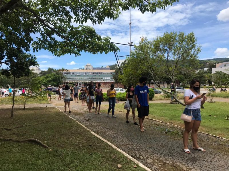 Na UFSC, estudantes foram barrados pois salas já atingido ocupação máxima. Foto registra fila para fazer a prova do Inep