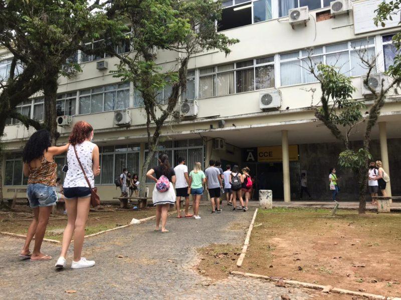 Alunos foram barrados no primeiro dia do Enem, na UFSC, após salas lotarem
