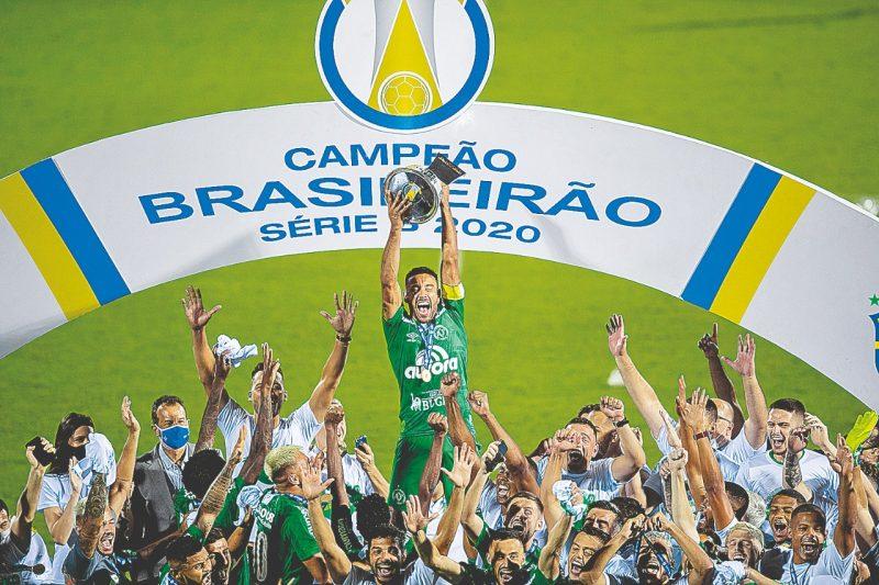 Alan Ruschel ergue a taça de campeão da Série B para a Chapecoense; é a supremacia do interior sobre a Capital – Foto: LIAMARA POLLI/DIA ESPORTIVO/ESTADÃO CONTEÚDO/ND