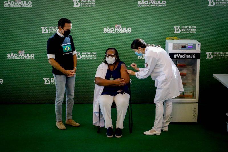 Mônica Calazans enfermeira negra, que trabalha no Instituto Emílio Ribas de 54 anos, foi a primeira a ser vacinada com a Coronavac no Brasil – Foto: Aloisio Mauricio/Estadão Conteúdo/ND