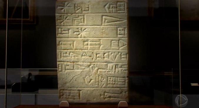 Fundação de Ur: A cidade de Ur ficava localizada no atual Iraque, ao sul de Bagdá. Essa peça, localizada no museu britânico, em Londres, é uma tábua de pedra inscrita com um texto cuneiforme. Foi uma dedicação ao Templo de Nin-Sun na antiga cidade de Ur, por Ur-Nammu, rei da dinastia Ur III – Foto: Record Tv/Divulgação