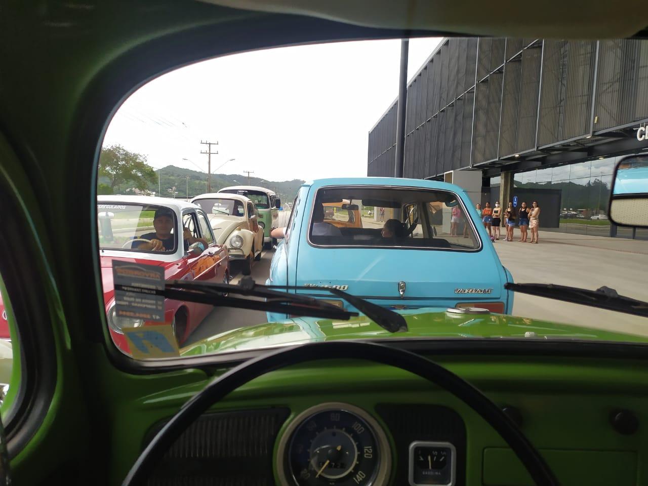 Carros de diversos modelos percorreram as ruas de Balneário Camboriú no domingo (17). - Wagner S. Rodrigues