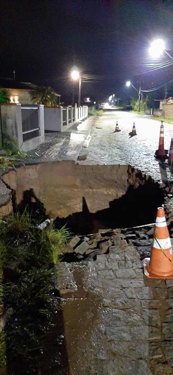 Um buraco abriu no meio da rua no bairro Gaspar Grande, em Gaspar - Defesa Civil Gaspar / Divulgação