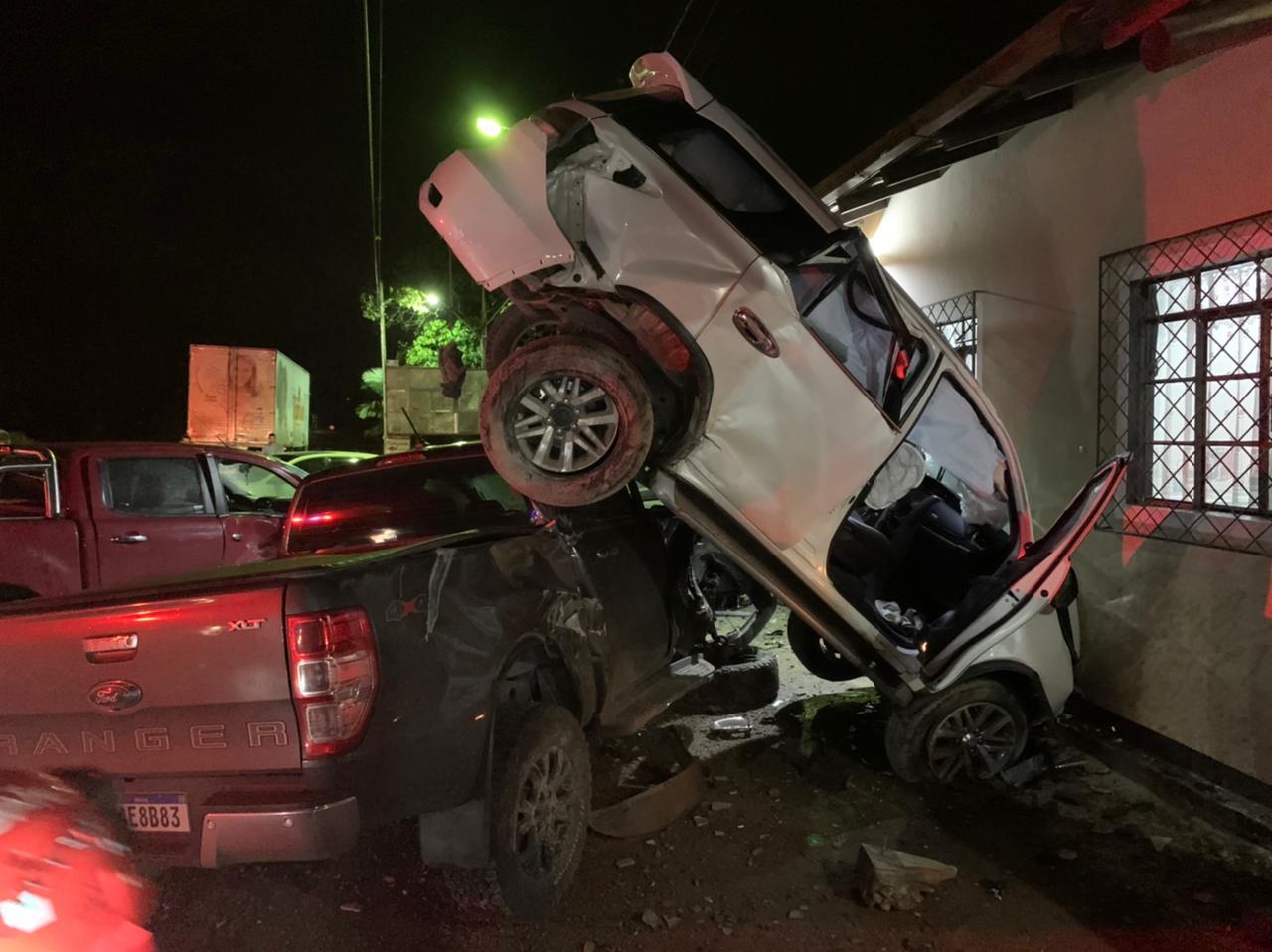 Carro de cor branca quase capotou após colisão - Bombeiros Voluntário de Guaramirim/Divulgação