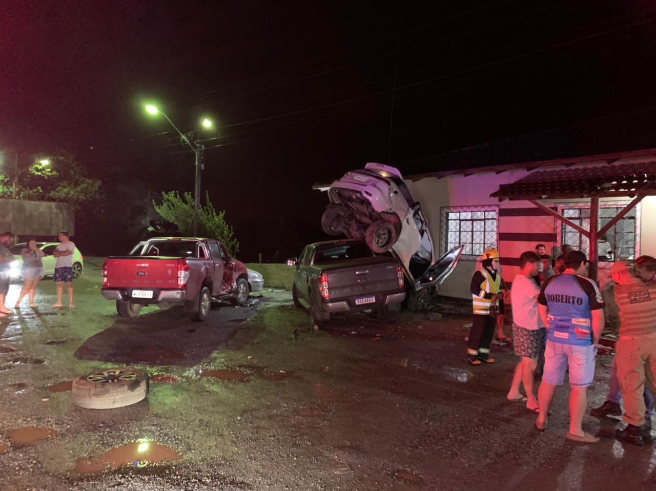 Acidente envolveu quatro carros em estacionamento de pizzaria - Bombeiros Voluntário de Guaramirim/Divulgação