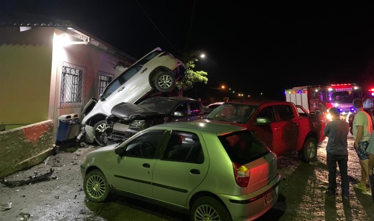 Veículo quase atingiu prédio da pizzaria - Bombeiros Voluntário de Guaramirim/Divulgação