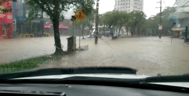 Em Florianópolis, a chuva deste domingo (24) provocou inúmeros pontos de alagamentos, especialmente no Norte da Ilha onde a situação se agravou – Foto: Reprodução/ND