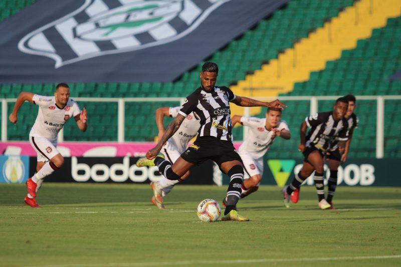 Figueirense 3 a 0 Brasil-RS; Diego Gonçalves cobra o pênalti que fecha o placar diante do time Xavante – Foto: Patrick Floriani/FFC