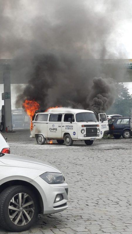 Incêndio deixou veículo totalmente destruído – Foto: Corpo de Bombeiros Militar/Divulgação
