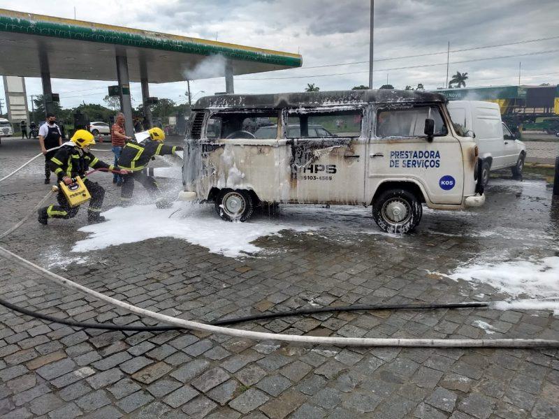 Segundo motorista, ele teria parado no local para abastecer quando incêndio teria iniciado – Foto: Corpo de Bombeiros Militar/Divulgação