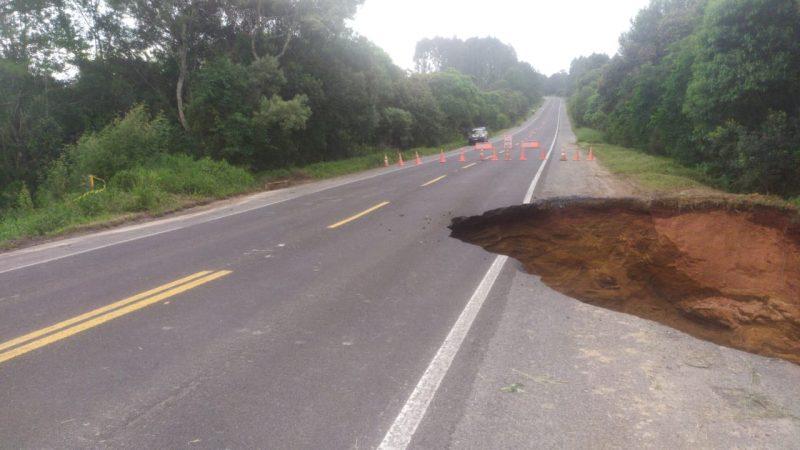Parte da marginal cedeu devido às fortes chuvas que atingem a região – Foto: PRF/Divulgação
