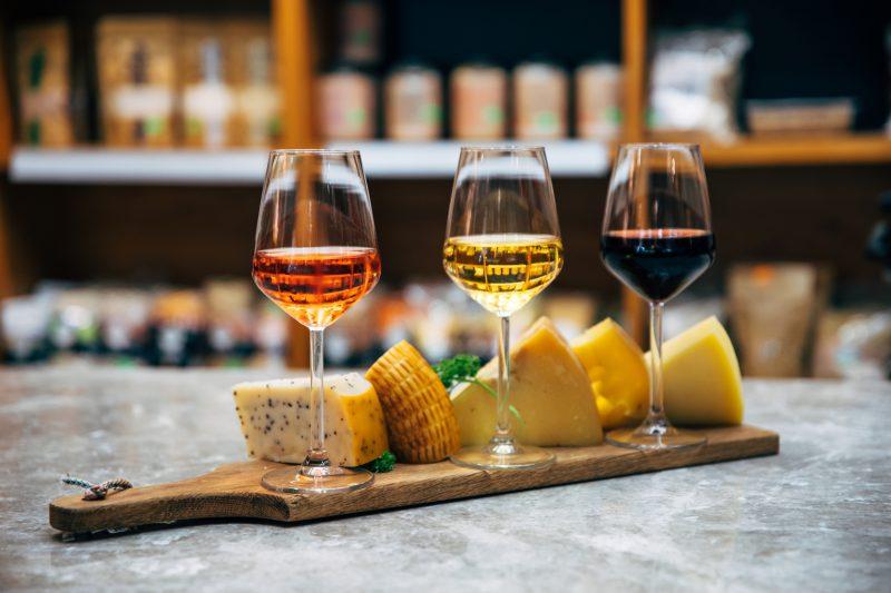 Descubra um mundo de sabores e combinações entre queijos e vinhos – Foto: Getty Images/iStockphoto/ND