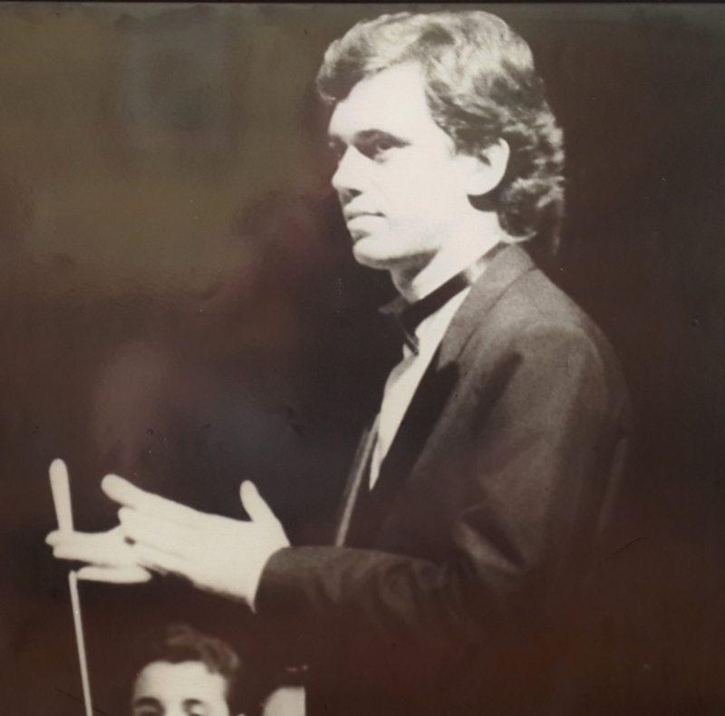 O maestro da Camerata, Jeferson Della Rocca, em foto de 1995 – Foto: Divulgação/ND
